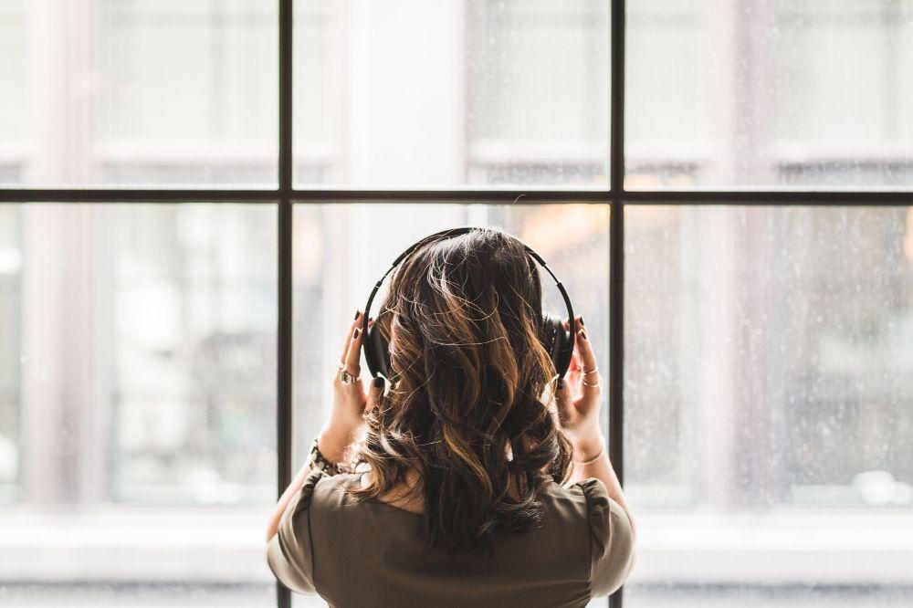 mulher escutando música com fone de ouvido